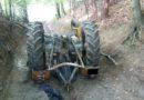 Męzczyzna przygnieciony traktorem w lesie